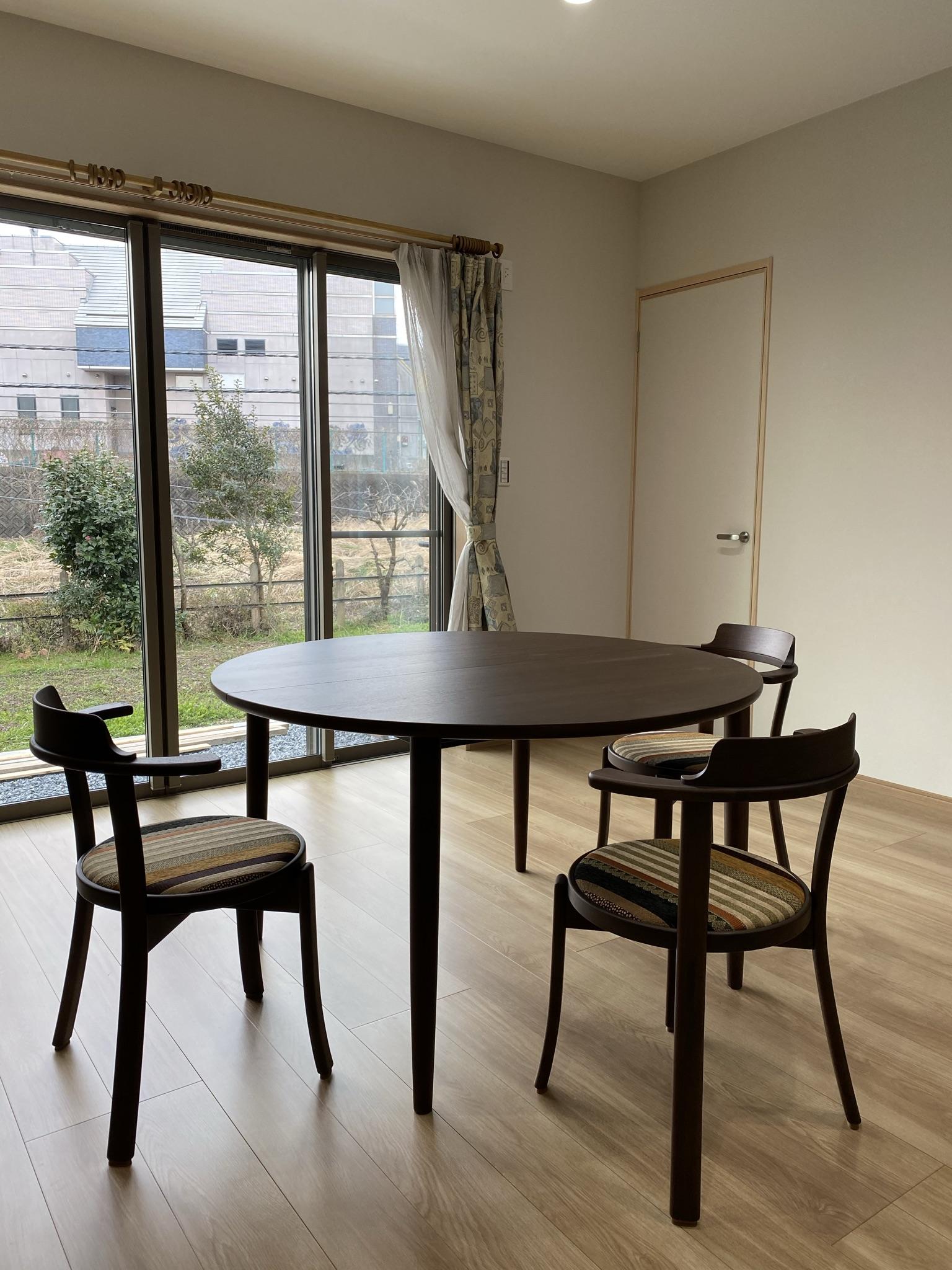 カンディハウスマム伸長式テーブル120Φ、チェアルントオム