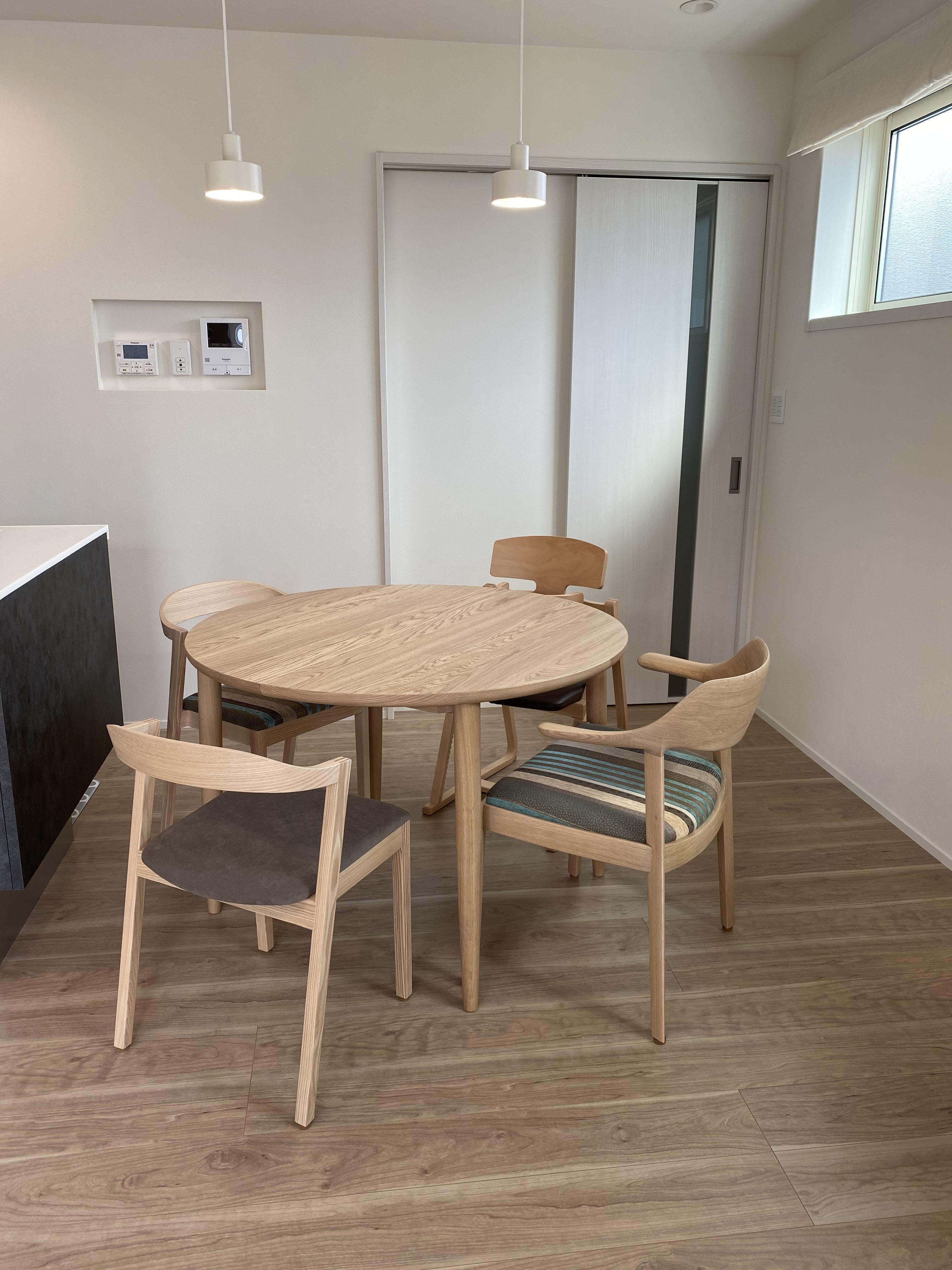 カンディハウス キーラ、ウィングLUX、マム伸長式テーブル。豊橋木工 アップライトチェア